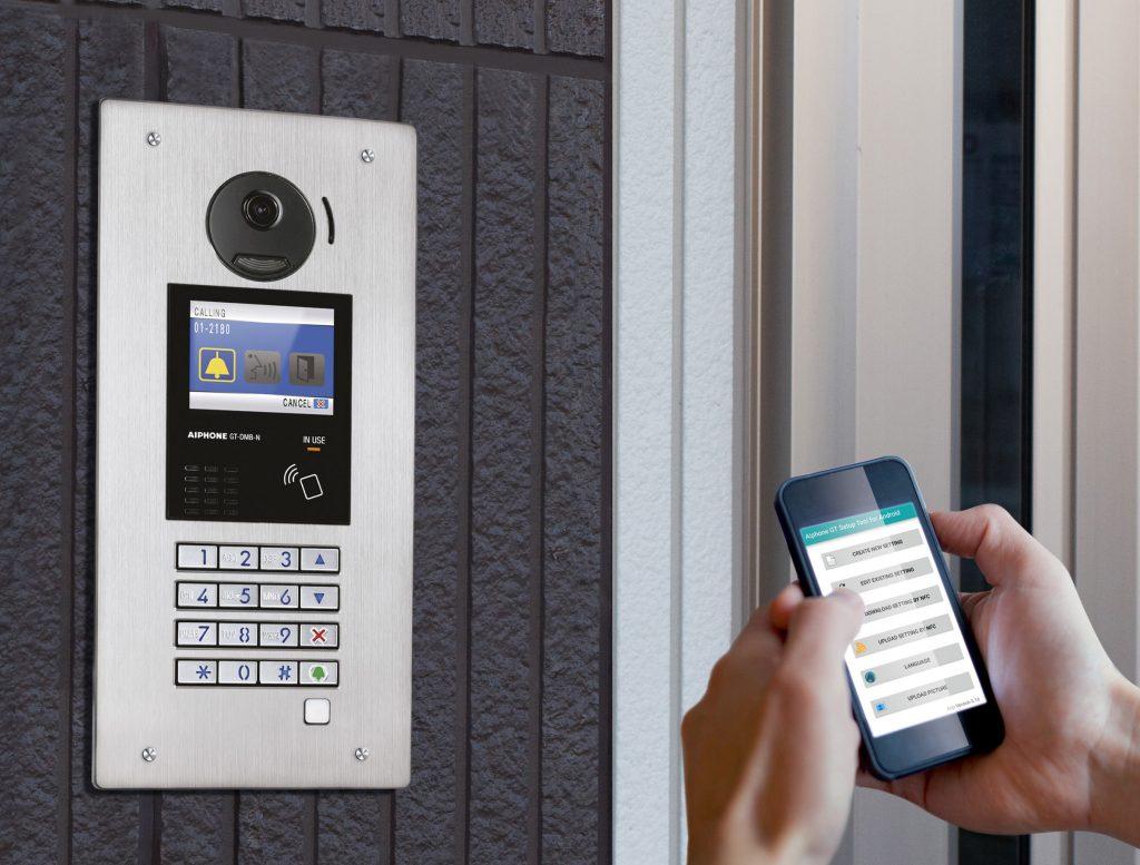 På et Aiphone GT porttelefonsystem kan man enkelt programmere dørstasjoner fra både PC og mobiltelefon.